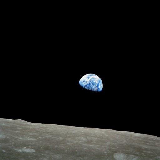 Una de las fotos más famosas de la NASA, tomada el 24 de diciembre de 1968 por el astronauta William Anders durante la misión del Apollo 8 en la órbita de la Luna